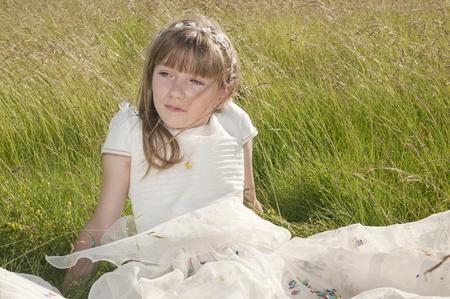 confirmacion: niña de la comunión en la pradera
