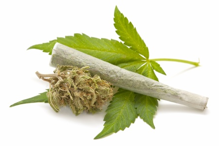 hoja marihuana: hoja de marihuana y cigarrillos Foto de archivo