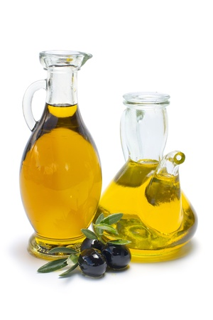 rama de olivo: aceite de oliva aislado sobre fondo blanco