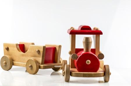 juguetes de madera: tren de madera sobre fondo blanco