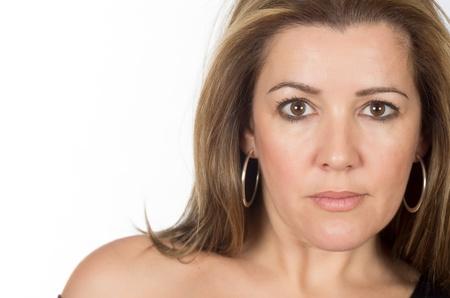 ojos marrones: retrato de una mujer real con posturas serenas Foto de archivo