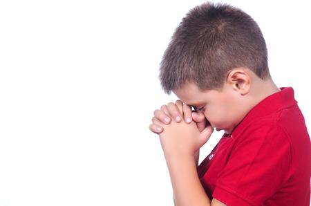 ni�o orando: orando ni�o con su�ter rojo sobre un fondo blanco