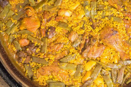 Preparation step of authentic Paella Valenciana Chicken, rabbit and vegetables Standard-Bild