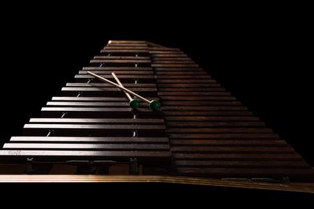 xilofono: Xil�fono con dos mazos. fondo oscuro. De cerca
