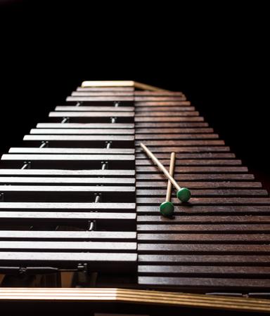 xilofono: Xilófono con dos mazos. fondo oscuro. De cerca