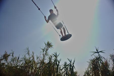 a boy on a swing 版權商用圖片