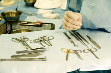 algunos instrumentos quirúrgicos y de enfermería de la mano  Foto de archivo - 3481535