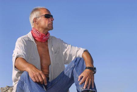 aventurero: Apuesto hombre maduro aventurero posando al aire libre