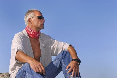 aventurero: Aventurero apuesto hombre maduro posando al aire libre