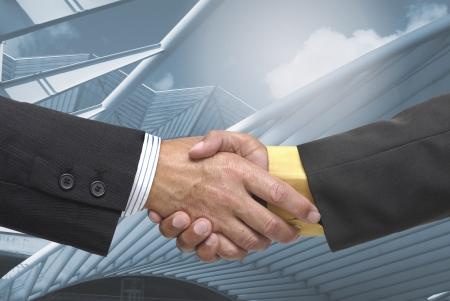 pacto: Hombre de negocios toma un pacto con un fondo azulado
