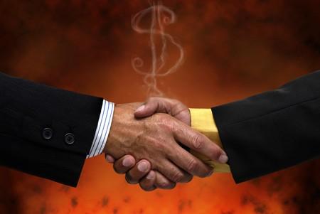 pacto: Empresario haciendo un Pacto en un fondo oscuro  Foto de archivo