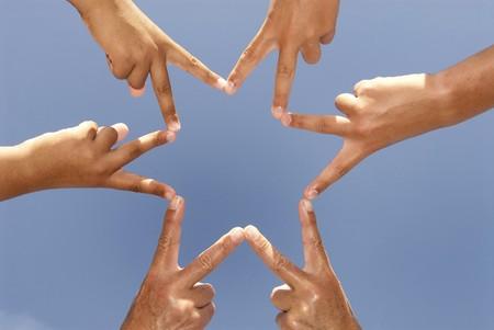 manos unidas: Dedos juntos forman una estrella