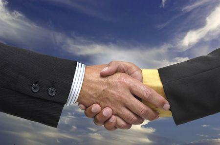 pacto: Hombre de negocios toma un pacto con el cielo como fondo Foto de archivo
