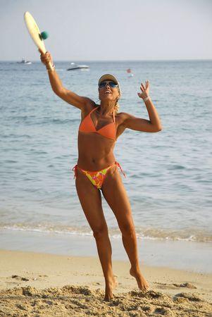 sexy fille qui joue au tennis de plage Banque d'images - 4843456