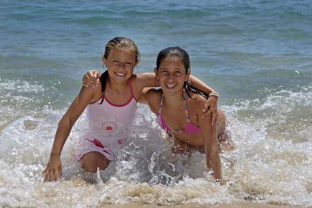 Due ragazze in spiaggia divertirsi
