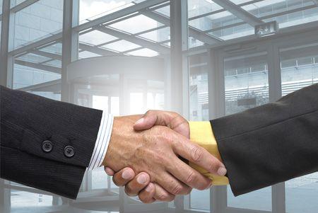 pacto: Hacer un pacto con un apret�n de manos de hombres de negocios