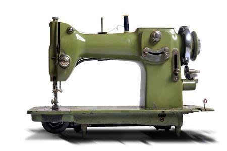 vestidos antiguos: Antigua m�quina de coser aislado en blanco Foto de archivo