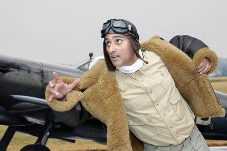 fighter pilot: Piloto de caza de la WWII ejecutando a su avi�n Foto de archivo