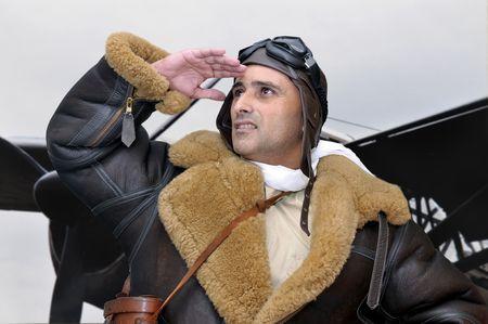 fighter pilot: Piloto de caza de WWII mirando al cielo