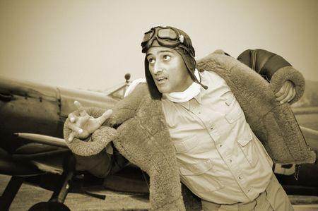 fighter pilot: Piloto de caza de WWII ejecutando a su avi�n Foto de archivo