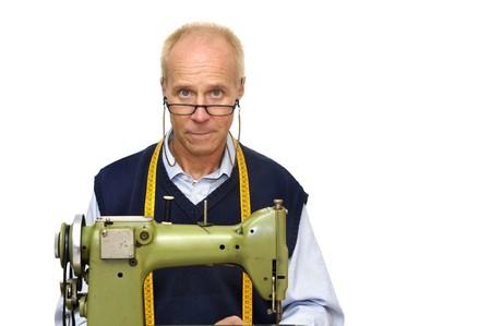 tailor measure: Sarto matura con una macchina da cucire isolata in bianco