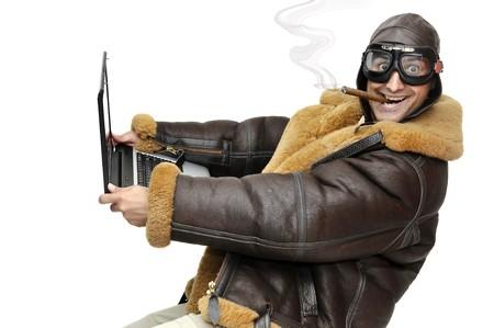fighter pilot: Piloto de caza con port�til aislado en blanco