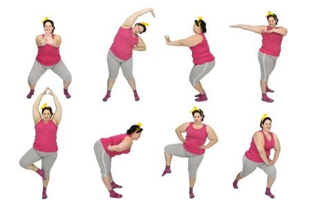 donne obese: Gran bella giovane donna facendo esercizi di fitness isolati in bianco