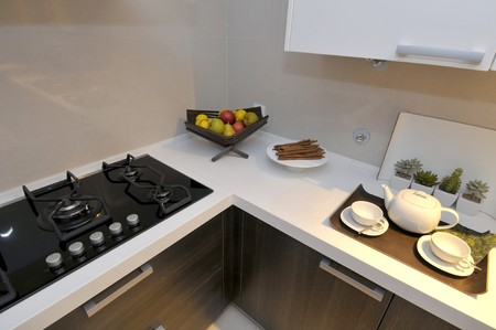 Modern appartement grote keuken met mooie decoratie royalty vrije ...
