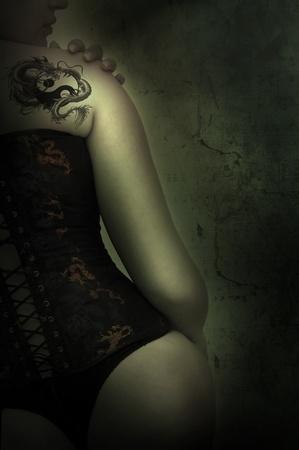 tatuaje dragon: Mujer sexy con tatuaje cors� y drag�n en un fondo de grunge