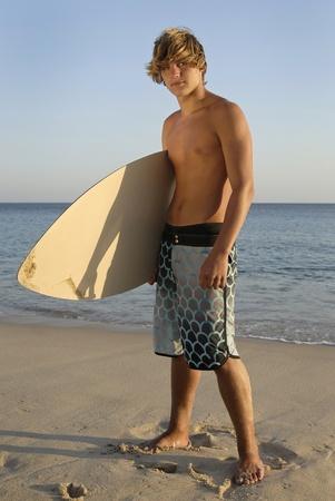 skimming: Surfer apuesto lo que en la playa Foto de archivo