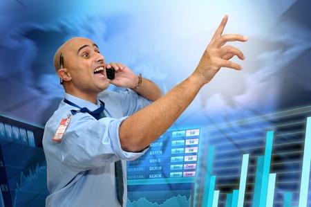 courtier: Homme d'affaires ou de courtier en valeurs mobili?s avec t?phone portable Banque d'images