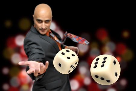 Man in een pak spelen dobbelstenen  Stockfoto