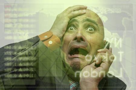 panique: Homme d'affaires ou de courtier en valeurs mobili?res avec t?l?phone portable