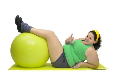 mujeres gordas: Chica gran ejercicio con gimnasio gran bola aislado en blanco Foto de archivo