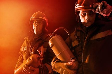 departamentos: Imagen dram�tica de equipo de bomberos en uniforme Foto de archivo