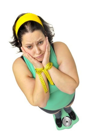 donne obese: Grande ragazza con peso scalel isolato in bianco