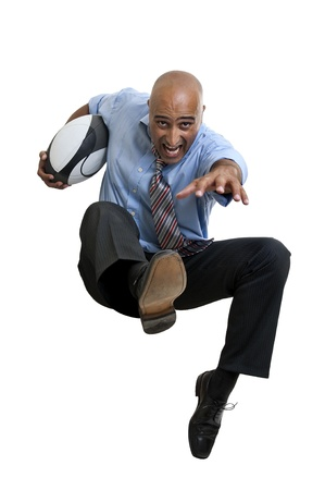 Homme d'affaires à jouer au rugby isolées en blanc