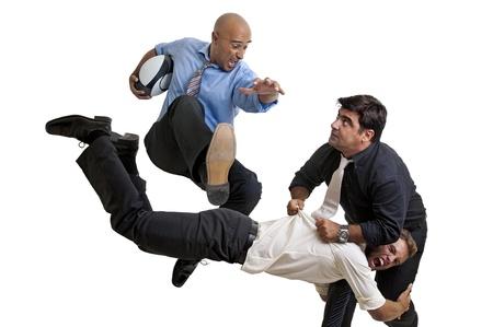 Les hommes d'affaires à jouer au rugby isolé en blanc Banque d'images