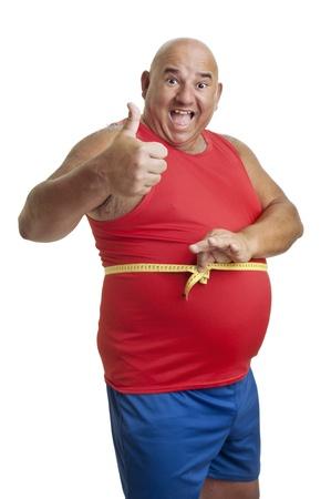 Hombre de gran gimnasio con cinta aislado en blanco de medición