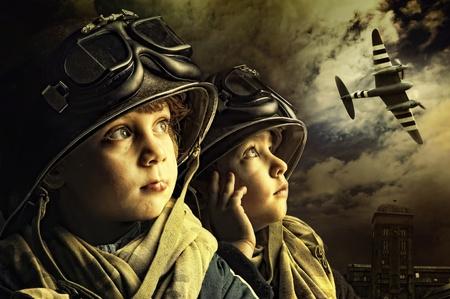 avion de chasse: Deux soldats jeune gar�on regardant le ciel Banque d'images