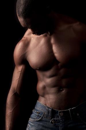 hombres musculosos: Hombre negro hermoso y musculoso en el fondo oscuro
