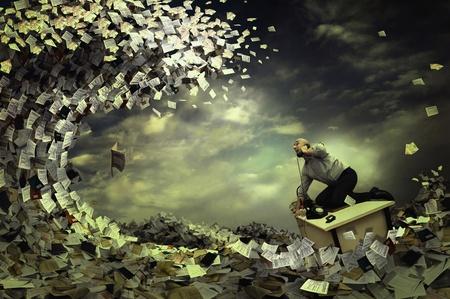 Castaway affaires dans une mer de papiers et de dossiers Banque d'images