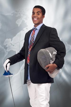esgrimista: Hombre de negocios joven esgrimista hombre posando