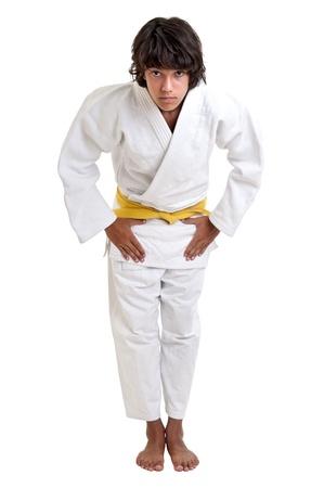 judo: Peleador joven posando sobre un fondo blanco