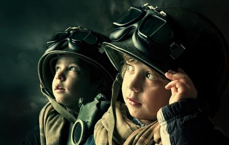 ni�os tristes: Dos ni�os soldados j�venes que buscan en los cielos