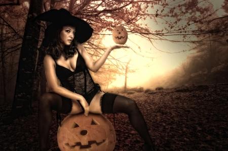 ropa interior ni�as: Chica sexy en traje de la bruja de Halloween en un bosque