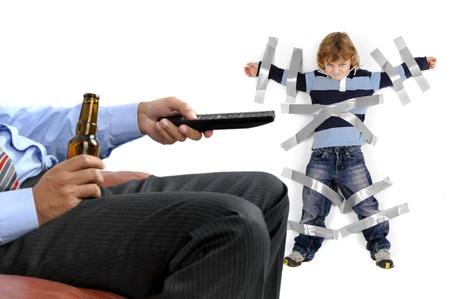 ni�os malos: Chico joven pegado a la pared con cinta adhesiva, para pap� pueden relajarse y tomar una cerveza Foto de archivo