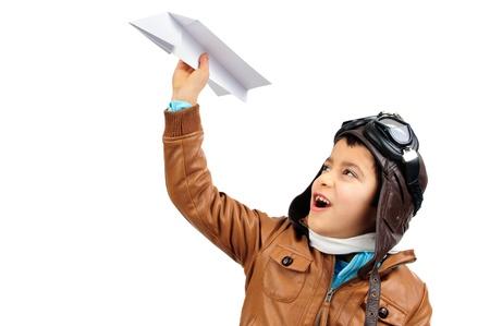 piloto de avion: Chico joven piloto con un avi�n de papel aislado en blanco