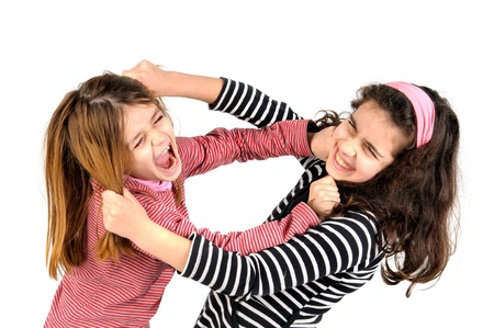 peleaba: Chicas j�venes luchando, tirando de los pelos aislados en blanco