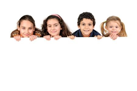 ni�os con pancarta: Grupo de ni�os con un tablero blanco aislado en blanco